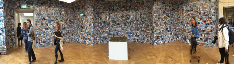 Des Tours Eiffel et des cartes postales à gogo, vues par Hans Peter Feldmann